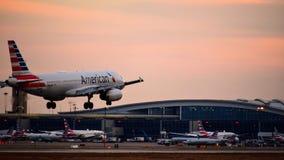 进来为着陆的美国航空空中客车飞机 免版税图库摄影
