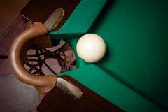 进来在台球口袋的射击白色球 免版税库存照片