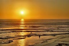 进来在日落的冲浪者 库存照片