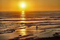 进来在日落的冲浪者 免版税库存照片