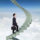 进来在楼上在一个弯曲的楼梯的商人成功机智 免版税库存图片