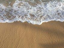 进来在沙子的海浪 免版税库存图片