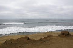 进来在离开的海滩的海浪 库存照片