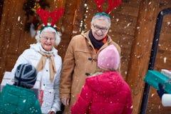 进来房子的家庭庆祝圣诞节 免版税库存图片