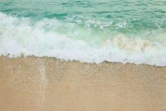 进来海滩的海波浪 免版税库存照片