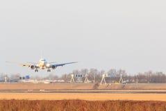进来的航空器在Schipol机场登陆 免版税库存图片
