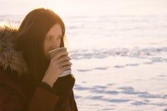 进来的饮用的咖啡在冬天 免版税库存图片