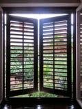 进来窗口的低谷木窗帘的白天 库存图片