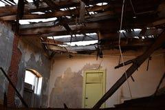 进来通过一所被放弃的学校的屋顶的阳光 免版税库存图片