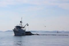 进来黄昏的鱼拖网渔船 免版税库存照片