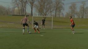 进球的年轻足球运动员在比赛期间 股票录像