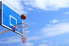 进球的篮球通过网 免版税库存照片