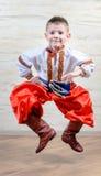 进行一个传统舞蹈的乌克兰孩子 库存照片