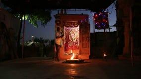 进行一个宗教仪式的印地安人由被即兴创作的圣所 股票录像