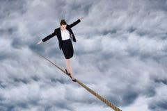 进行一次平衡操作的女实业家的综合图象 库存图片