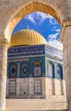 进行下去拱道的圆顶清真寺 免版税库存照片