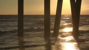 进行下去码头的美好的金黄日落 影视素材