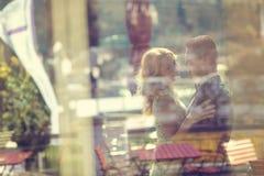 进行下去窗口的新娘和新郎beeing 免版税库存照片