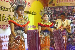 进行传统舞蹈的伊班族夫人在古晋月饼节日期间在古晋,沙捞越 免版税库存图片