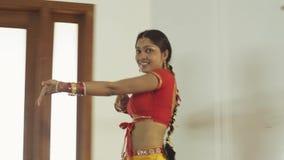 进行传统舞蹈的印地安女孩舞蹈家在文化的印地安人 股票录像