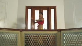 进行传统舞蹈的印地安女孩舞蹈家在文化的印地安人 影视素材