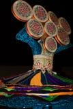 进行传统民间舞的当地居民在晚上作为沙漠徒步旅行队阵营经验一部分在迪拜,阿拉伯联合酋长国 图库摄影