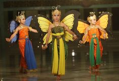 进行传统舞蹈的孩子 免版税库存照片
