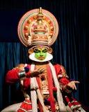进行传统舞蹈Kathakali的印地安演员 印度,喀拉拉 免版税库存照片