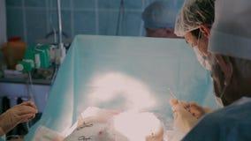 进行修补术的外科医生使用特别设备:塑料剪刀和勾子 股票录像