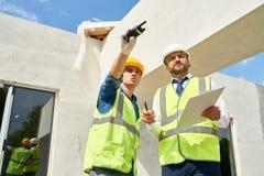 进行建造场所的检查 免版税图库摄影