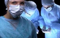 进行操作的医疗队 在女性医生的焦点 库存图片