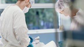 进行整容操作的医护人员在现代手术室掀动下来 股票录像