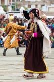 进行民间舞的西藏衣裳的妇女 免版税库存照片