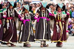 进行民间舞的西藏衣裳的妇女 免版税库存图片