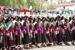 进行民间舞的西藏衣裳的妇女 库存照片