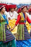 进行民间舞的西藏青年时期 库存图片