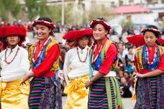 进行民间舞的西藏青年时期 免版税图库摄影