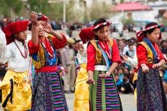 进行民间舞的西藏青年时期 免版税库存图片