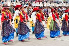 进行民间舞的西藏青年时期 库存照片