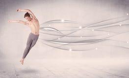 进行现代舞的跳芭蕾舞者与抽象线 免版税库存照片