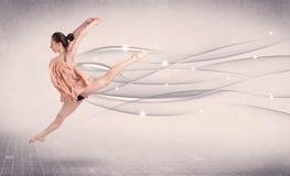 进行现代舞的跳芭蕾舞者与抽象线 库存图片