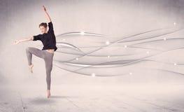进行现代舞的跳芭蕾舞者与抽象线 免版税库存图片