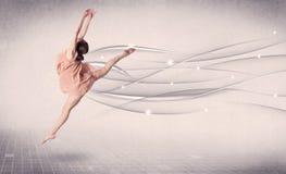 进行现代舞的跳芭蕾舞者与抽象线 免版税图库摄影