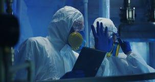 进行维护的hazmat衣服的科学家 股票视频