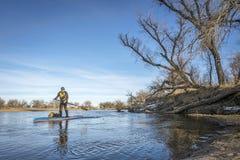 远征冬天站立用浆划在南普拉特河 免版税图库摄影