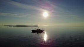 远征在日落背景的研究船在新的地球Vaigach上的海洋 股票视频