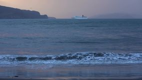 远征巡航划线员布里曼航行在太平洋在日落的晚上 股票录像