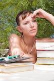 远期学习认为的妇女年轻人的她 库存照片