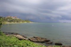 远的看法从步行方式到在Khao Laem Ya国家公园的码头 库存图片