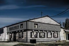 远离居住于的区域的被放弃的路旁咖啡馆 免版税库存图片